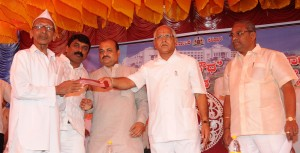 cm-distributed-cheques-to-formers-who-last-rheir-lands-for-the-construction-of-suvarna-soudha-belagavi