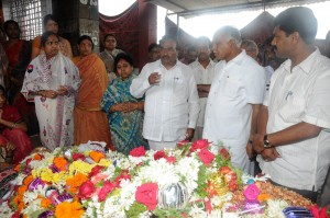 CM paying tribute to KS Eshwarappa's brother Chandranna