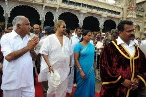 Chief Minister B S Yaddyurappa ,Prince Sri Kantadatta Narasimha Raja Wadeyar,Dist Minister Shobha Karandlaje & Mayor Purushottam arriving in front of Mysore Palace to inagurate Dasara 2009