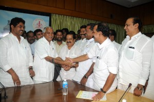 The Delegation led by Sri Ramesh chennitala ,president of kerala pradesh congress committee met chief minister of karnatka Sri B S Yeddyurappa in Bangalore on 08.09.2009