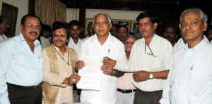 Bhavasara Kshatriya Co operative Bank Chairman P S Chandrashekar Presented Cheque of Rs 1.22 Lakh to Chief Minister B S Yeddyurappa for CM calamity Fund. KPCL Director Shankar Rao seen in pic