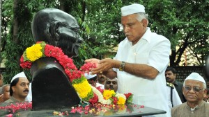Chief Minister B,S,Yeddyurappa garlind to Gandhiji's Statue at Gandhi Bhavan,Bangalore on 02-10-2009.