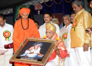 Sri B S Yeddyurappa felicitated by Sri Murugarajendra swami at chitradurga on the occasion of sharana samskruthi utsava valedictory on 02.10.2009