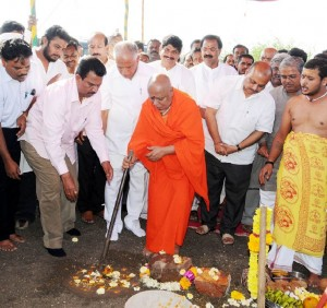 Sri Adji laiichunchanagiri Balagangadhara Swami performed bhumi Pooje for Shifting of Amar Gol  & Kuruvina Koppa Villages Spansered by Adichunchagiri Mutt.Chief Minister B S Yaddyurappa,Dist Minister Aravind Limbavali,Industries Minister Murugesh Nirani, MP Gaddigoudar, MLA C C Patil seen in pic