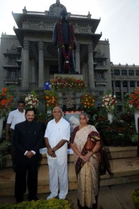 chief minister in front of kengal Hanumanthaiah Statue