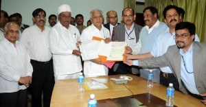 The delegates of Karnataka Distillary and Breveries Association presented Rs  5 crore   for chief minister calamity fund in Bangalore on 16.12.2009
