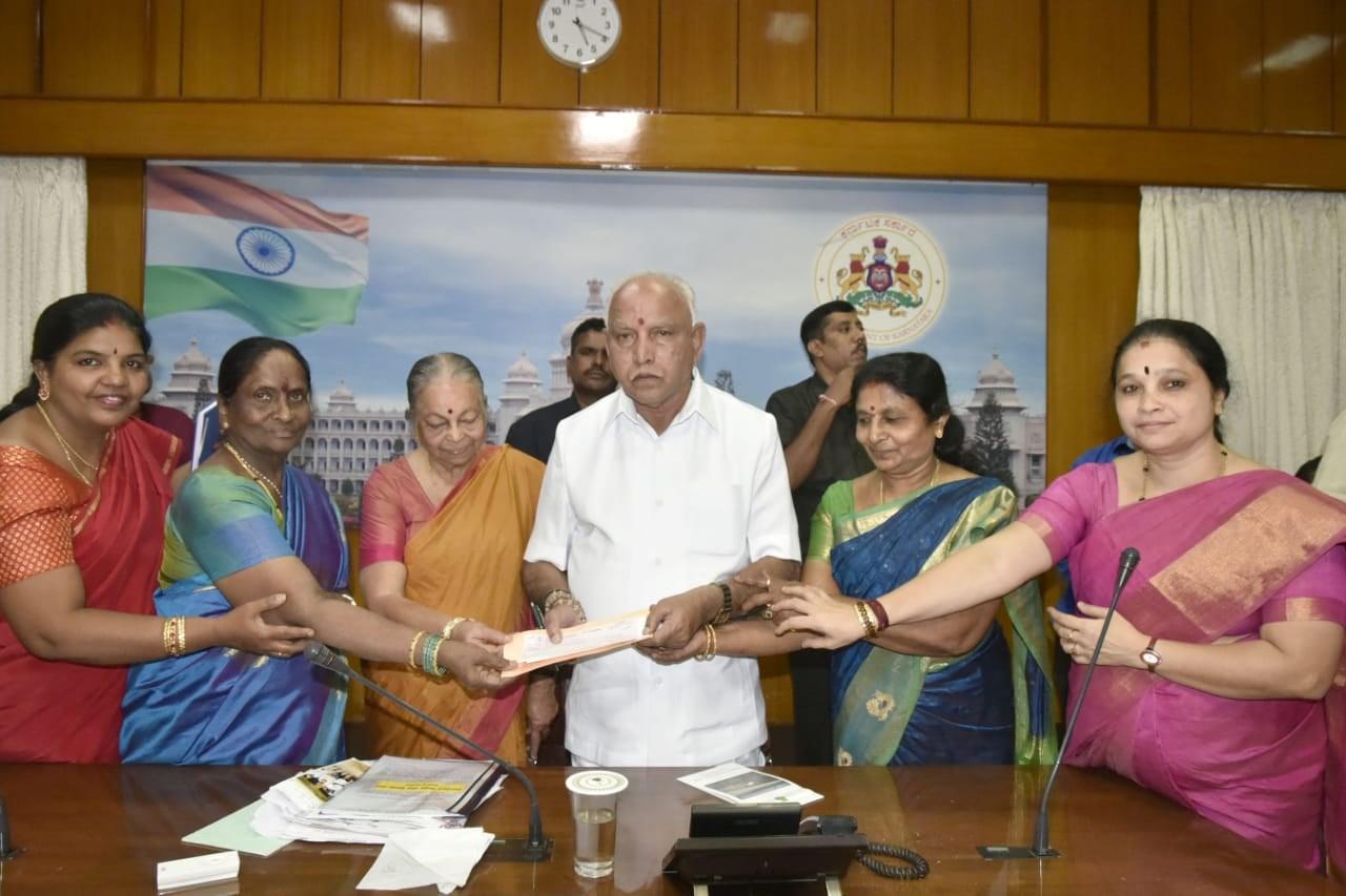 ಸಿಎಂ ಪರಿಹಾರ ನಿಧಿಗೆ ಮಹಿಳಾ ಸಹಕಾರಿ ಬ್ಯಾಂಕ್ ವತಿಯಿಂದ 5ಲಕ್ಷ