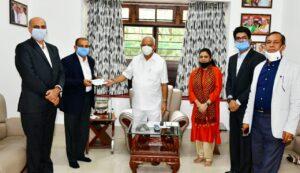 ಸಬಿಕ್ ಸಂಶೋಧನಾ ಮತ್ತು ತಂತ್ರಜ್ಞಾನ ಪ್ರೈ.ಲಿ ಕೋವಿಡ್19 ಪರಿಹಾರ ನಿಧಿಗೆ ನೀಡಿದ 16.5 ಲಕ್ಷ ರೂ.ಗಳ ಚೆಕ್ ನ್ನು ಯಡಿಯೂರಪ್ಪ ಸ್ವೀಕರಿಸಿದರು.